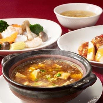 【1ドリンク付】土鍋入り麻婆豆腐と日替わりメニューが楽しめる禄ランチ<平日>
