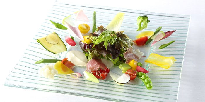 透明な器に盛り付けられた彩り野菜