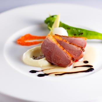 【ホテル最上階の夜景も魅力!】Wオードブルにお魚、お肉、選べるデザートなど全5品+アミューズ