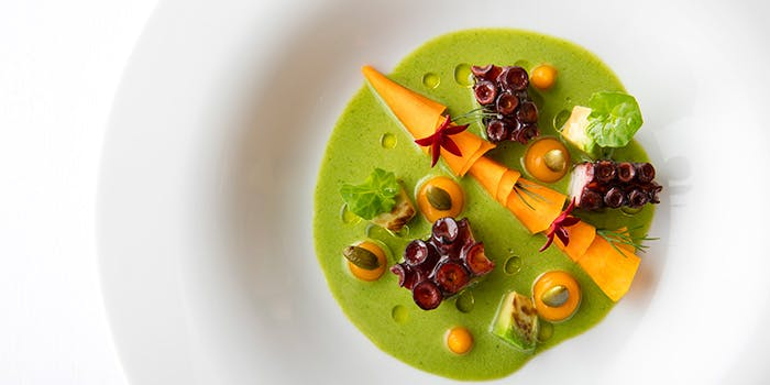 色とりどりの野菜が入ったスープ