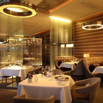 【窓側確約】5ツ星ホテルダイニングでアニバーサリーディナー 乾杯シャンパン&ホールケーキ&薔薇付
