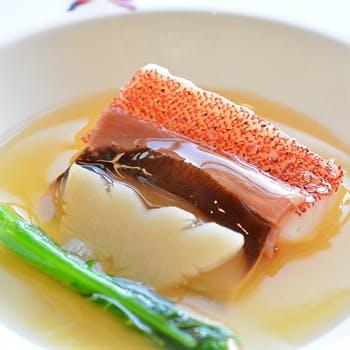 窓際確約 伝統に忠実に作られた、皿の上に描かれる広東料理の物語の数々を愉しむ シェフ自慢の8品コース