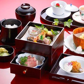 【一楽】季節の煮物・焼物・天婦羅等を1品ずつお楽しみいただける三段弁当