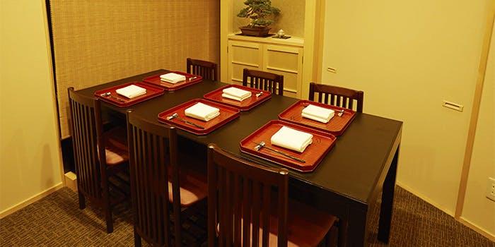 お盆がセットされた銀座 和久多のテーブル席