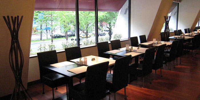ホテル日航「カフェレストラン セリーナ」の内観写真