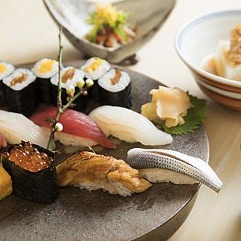 【樹齢千年を超える一枚板カウンター】スパークリングワイン付!本日の握り鮨八カンなどを堪能する鮨ランチ