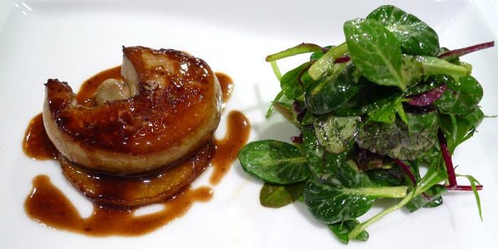 お肉とサラダのコース料理の写真