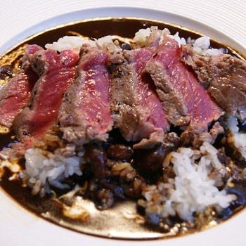 日本各地からの岩牡蠣も含む3種・旬の前菜6種 牛肉ステーキのせ黒いカレーなど全9品!