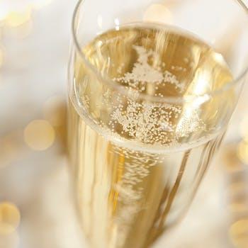 【最大19176円→12500円】シャンパンなどドリンク2杯+ホールケーキ付4品ディナー!