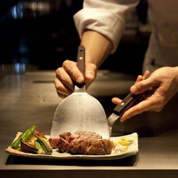 メインは厳選黒毛和牛ロース&サラダ、焼き野菜付き!開放的なカウンター席で味わう醍醐味をご堪能下さい