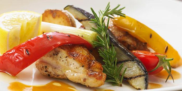 白いお皿に盛られた、野菜と鶏肉のグリル