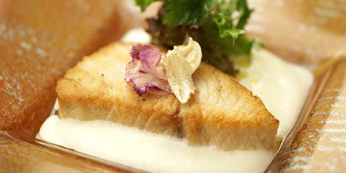 ゴールドのお皿に盛り付けられた魚料理