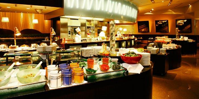 サラダやスイーツが並んだ京王プラザのグラスコート内観