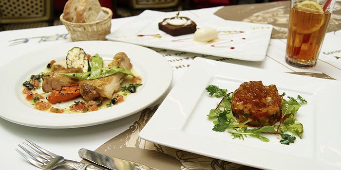 魚料理、サラダ、ドリンクなど