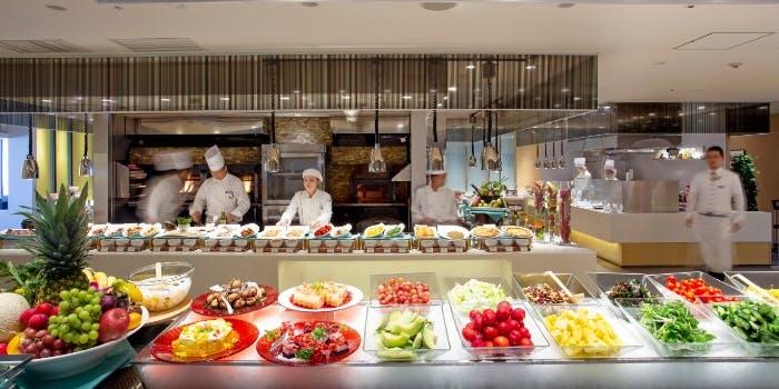 色とりどりの食材が並んだスカイグリルブッフェ武藏のブッフェの写真