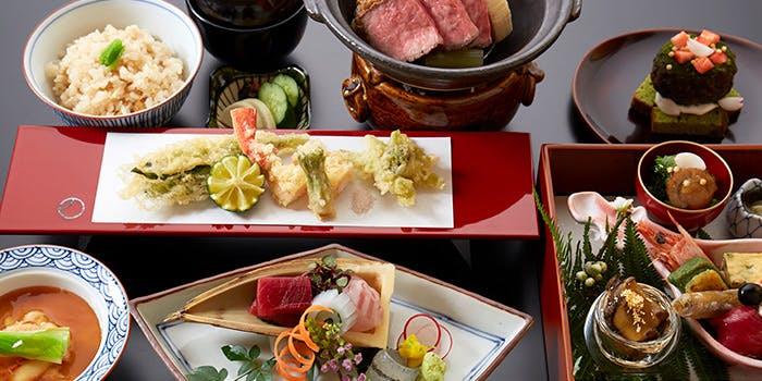 刺身や肉料理、天ぷらなどの並んだテーブル