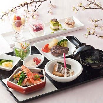 庭園を望む明るい店内で、お肉・お魚料理など季節感じる「春御膳」