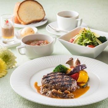 メインは選べるお肉orお魚料理 サラダ・スープ・デザート・コーヒー含む「かるめらランチ」
