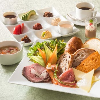 【サンドウィッチプレート】生ハムやローストビーフなどと5種のホテルパン。スープ、デザート、コーヒー付