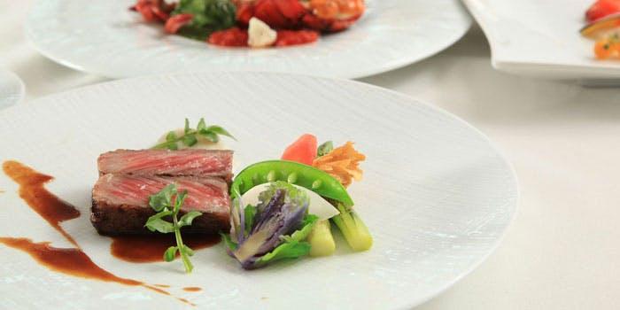 白い器にのったステーキや野菜