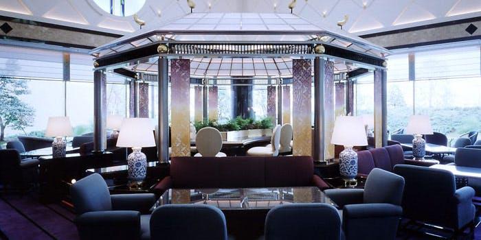 ホテルニューオータニ幕張 ザ・ラウンジの明るい日差しが入る店内