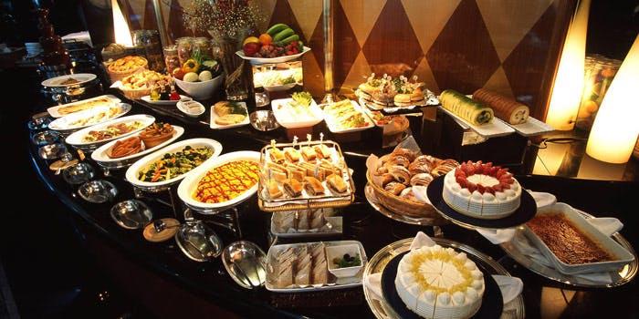 料理やケーキ・菓子パンなどが並んだビュッフェ台