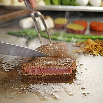【選べる1ドリンク付】目の前で焼き上げる黒毛和牛の鉄板焼きをメインに、前菜盛合せ、デザートなど全6品