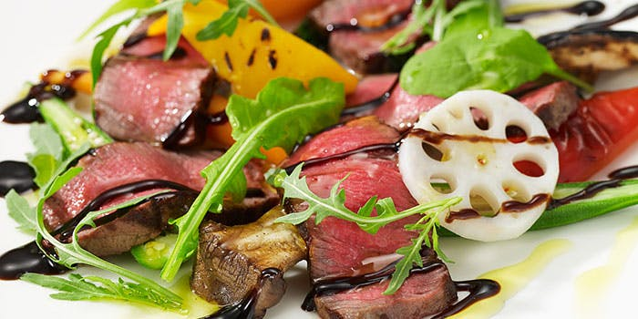 お肉のバルサミコソースがけの料理写真