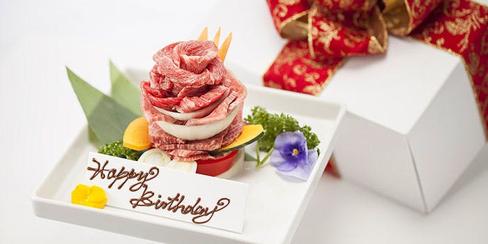 花束のような肉が、バースデープレートと一緒に箱に入れられている