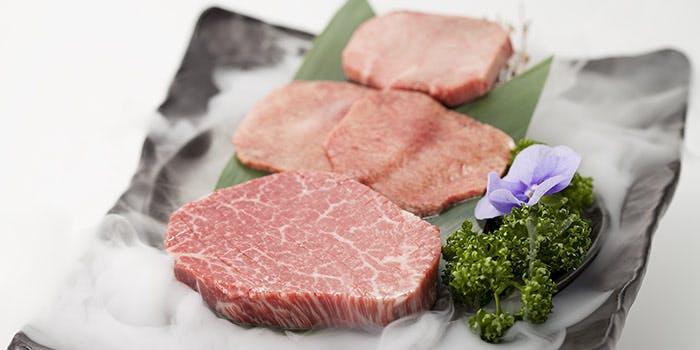 肉が4枚乗ってパセリがのったプレート