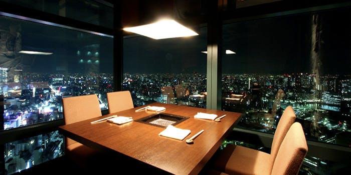 ガラス張りで夜景の見える店内