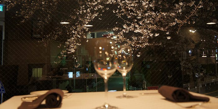 ワイングラスとディナーテーブルの写真