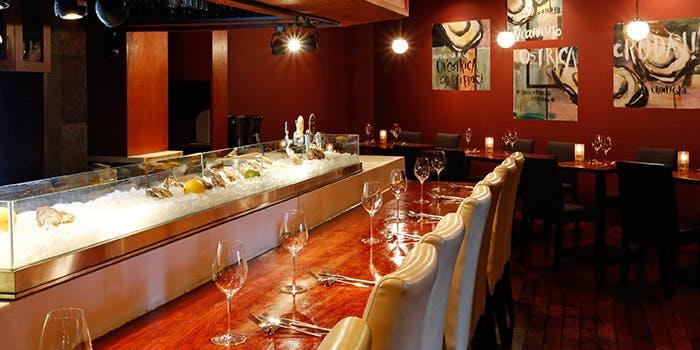 オイスターバー&ワイン ブロン神保町のカウンター席