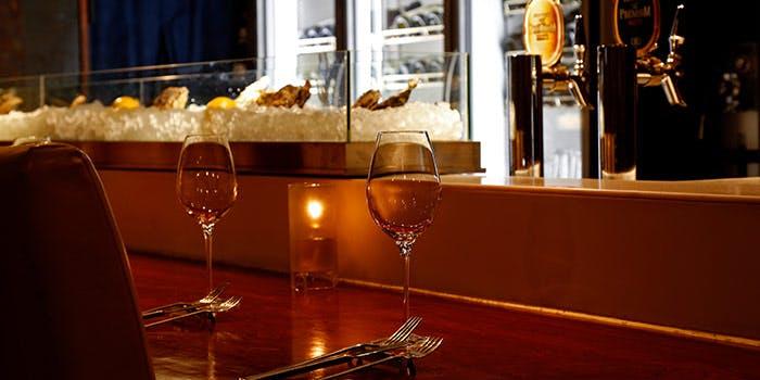 ブロン神保町のカウンターとワイングラスとカトラリー