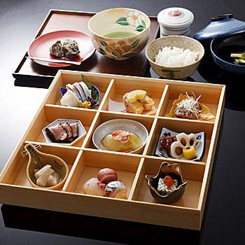 【松花堂膳・小紋】接待やお集まりに!宝石箱のような9仕切りの松花堂膳は、見た目も華やかな料理の数々!