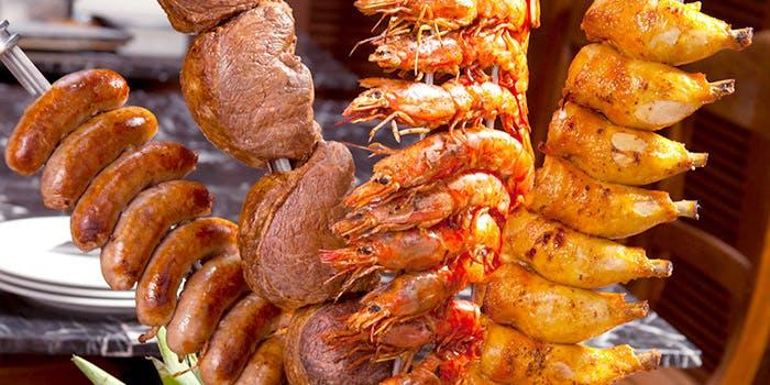 鶏や豚、ソーセージなど串にささったシュラスコ