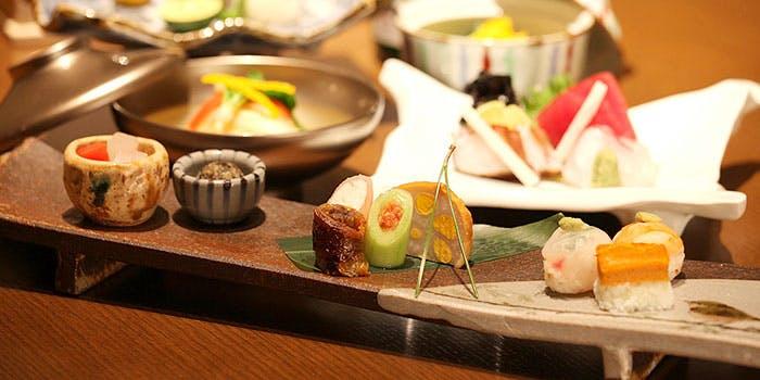 和食器に盛られた一品料理