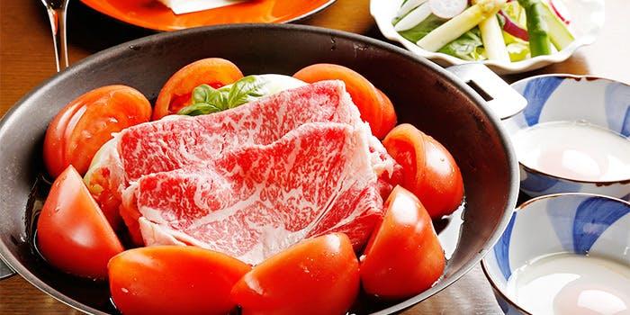 黒い鍋に入ったトマトすきやき