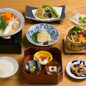 【白味噌湯豆腐をご堪能】刺身湯葉、野菜のせいろ蒸し、天麩羅など 肉類を使用しないヘルシーメニュー!