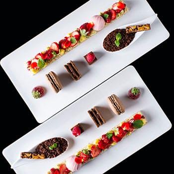 チョコレートやマカロン、いちごスイーツの画像