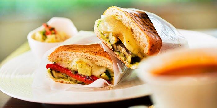 お皿に置かれたサンドイッチ