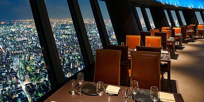 Sky Restaurant 634の窓側の席の内観