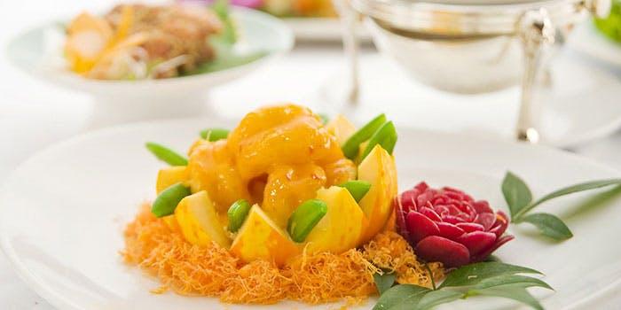 白いお皿に盛られたマンゴースイーツ