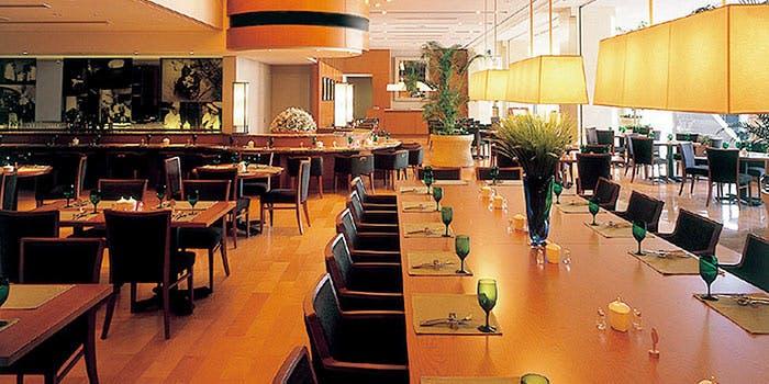 カジュアルレストランのカウンターテーブル