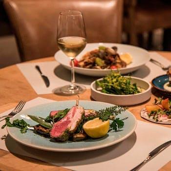 【乾杯スパークリング付】シェアスタイルディナー!季節野菜のタパス7種と和牛サーロイン&魚料理のWメイン