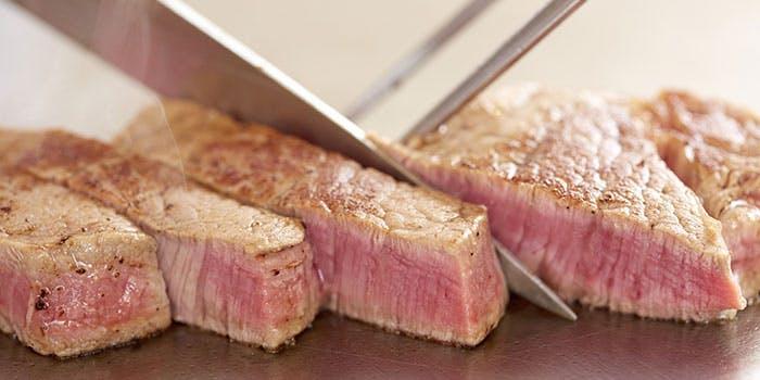レアステーキを切るところ