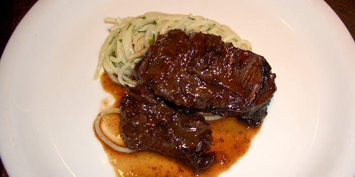 メインの肉料理とパスタの写真