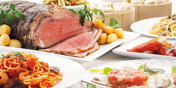 お肉・パスタ・小籠包などのビュッフェの料理が並べられた写真