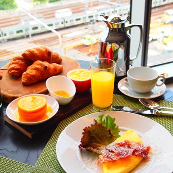 【ブレックファストブッフェ】季節のフルーツ、ベーカリーセレクション、卵料理などバラエティ豊かな朝食を