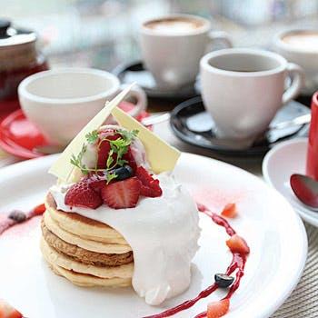 【タイムセール】乾杯スパークリング&22種から選べる本格カフェ2杯付!人気のパンケーキ!サラダ・前菜付